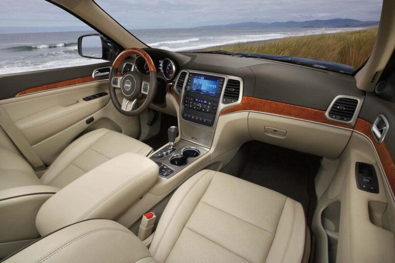 2011 jeep wk2 interior