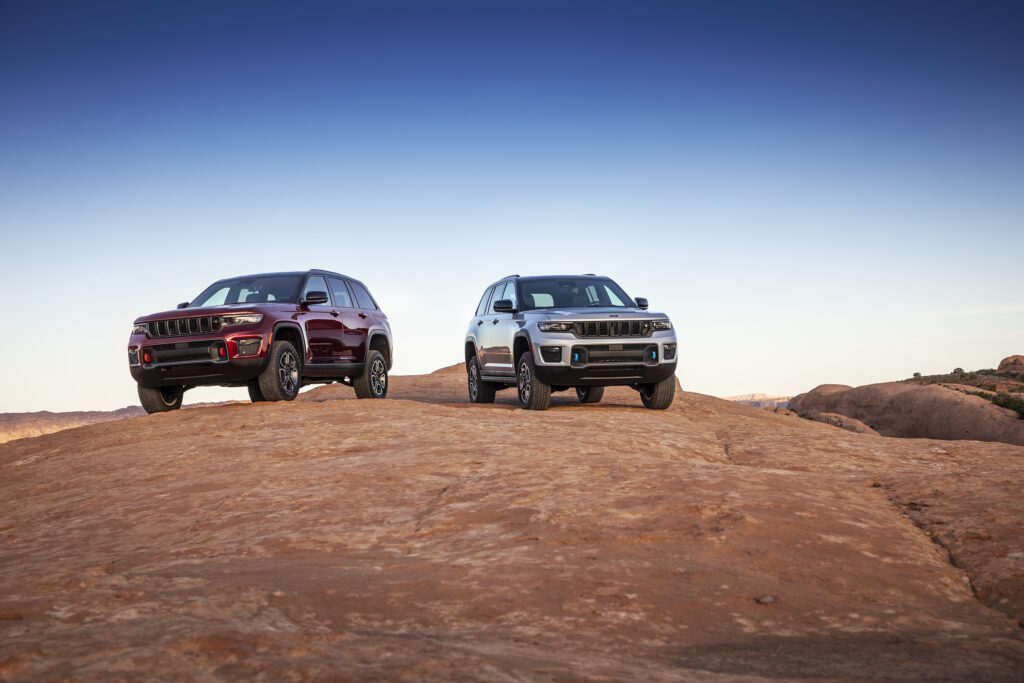 All-new 2022 Jeep® Grand Cherokee Trailhawk (left) and Trailhawk 4xe